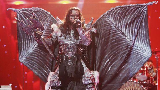 Finlandiyalı heavy metal grubu Lordi, 2006'da Atina'da düzenlenen Eurovision'da yarasa kanatları, şeytan boynuzları ve kafatası şeklindeki dizliklerle birinciliği kazandı.