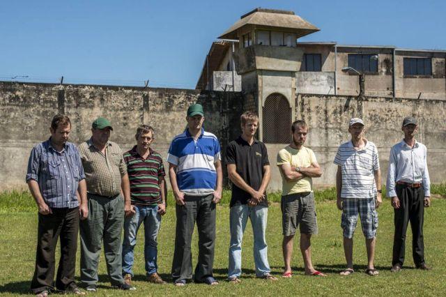Oito menonitas encarcerados na prisão de Palmasola. Santa Cruz de la Sierra, Bolívia. Eles foram condenados por estupro