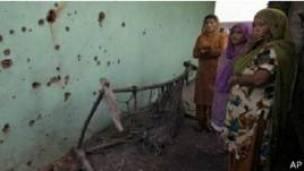 महिलाएँ, क्षतिग्रस्त घर, भारत प्रशासित कश्मीर