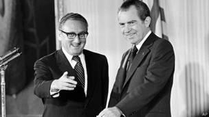 TT Nixon và ngoại trưởng Kissinger (trái)