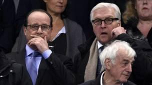 El presidente Hollande con el ministro de RR.EE. de Alemania en el estadio antes de los ataques.