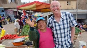 Vendedora y turista posando para una foto