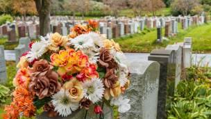Leder dice que la muerte puede enseñarnos mucho sobre cómo queremos vivir nuestra vida.