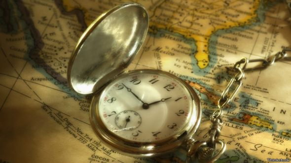 Reloj de bolsillo sobre un mapa