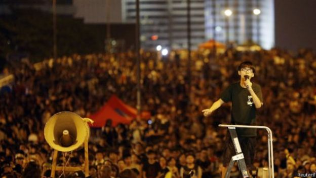 Wong arengando a manifestantes este miércoles 1 de octubre