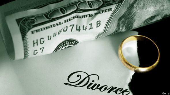 Un anillo matrimonial y un billete estadounidense