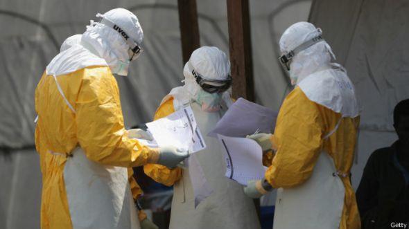 Voluntarioa de Médicos Sin Fronteras combatiendo la epidemia de ébola