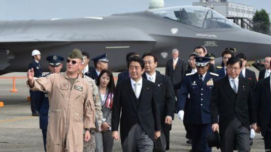 安倍晉三在茨城縣航空自衛隊百里基地視察駐日美軍戰鬥機(26/10/2014)