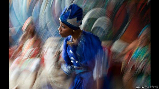 Mujer bailando en La Habana.