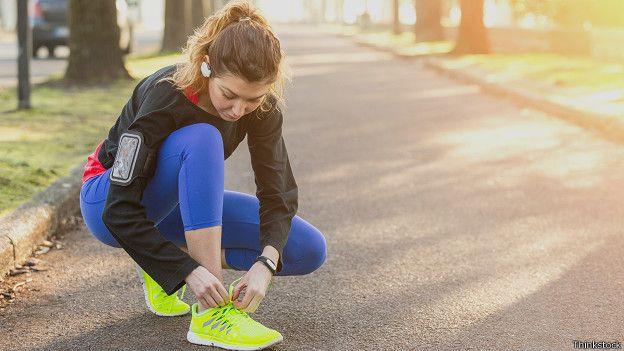 Mujer preparándose para hacer ejercicios