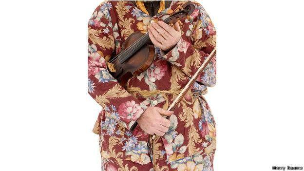 En la imagen, Ben Jones, un traductor japonés, aparece disfrazado de George, un personaje del festival de invierno de Hoodening