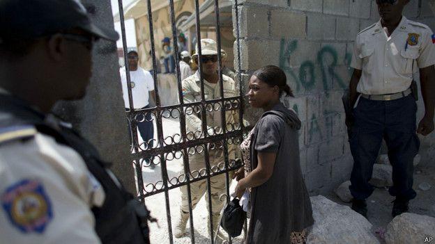 mujer cruza frontera entre República Dominicana y Haití