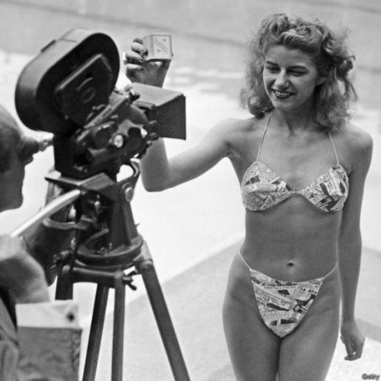 Micheline Bernardini modelando el primer bikini