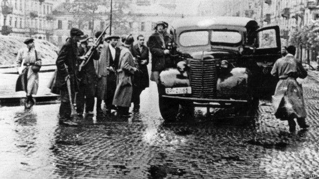 Toma de un auto alemán por insurgentes