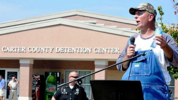 Муж Ким Дэвис возле здания тюрьмы, где она содержится