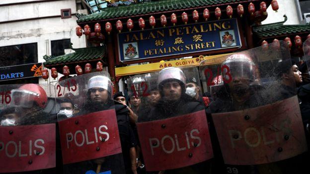 馬來西亞防暴警員在吉隆坡茨廠街前列隊戒備(16/9/2015)