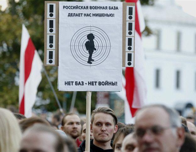 Участники митинга против размещения российской авиабазы в Белоруссии