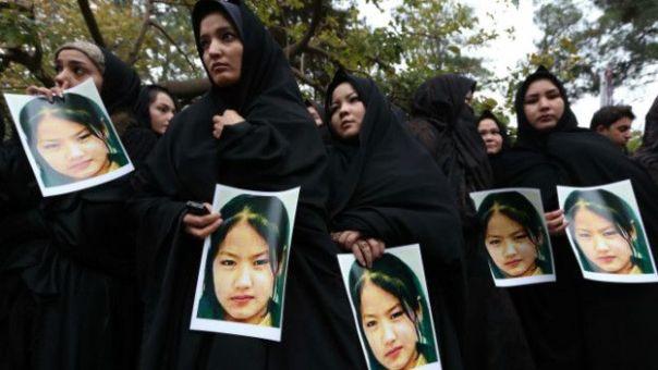 Mujeres con la imagen de una de las víctimas de la minoría Hazara