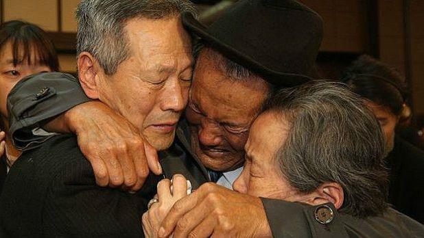 Hombres abrazándose