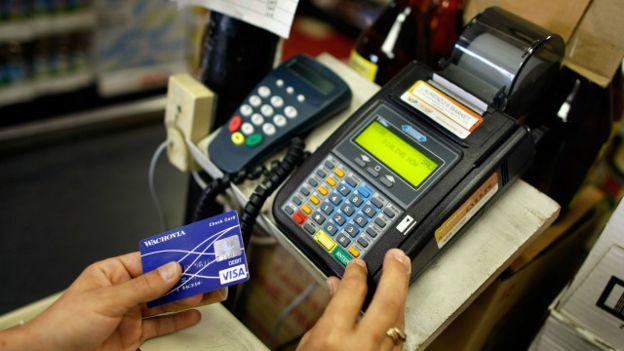 Un terminal de compras por tarjeta