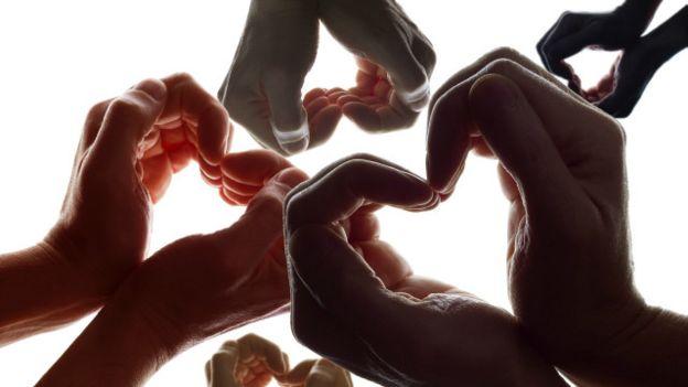 Unas manos en forma de corazón
