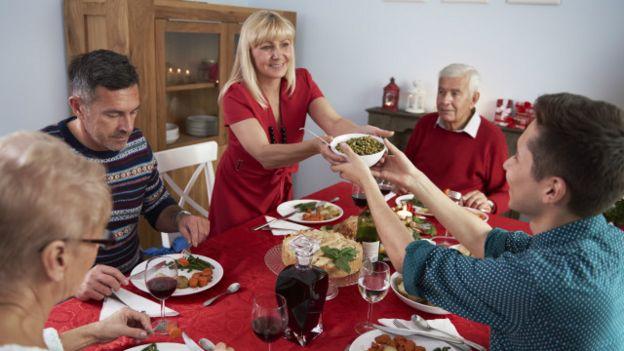 Una familia reunida a la mesa