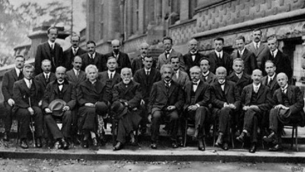 Albert Einstein rodeado de colegas