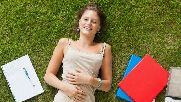 Una joven en la grama