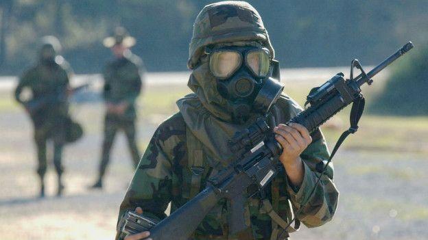 Un soldado estadounidense es entrenado ante un ataque con armas químicas.