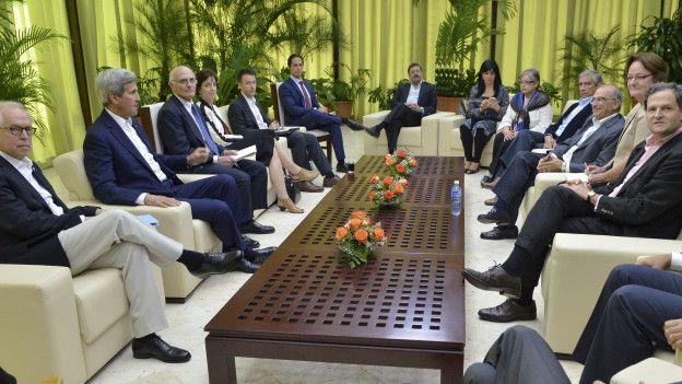 El secretario de Estado de EE.UU., John Kerry, en reunión con la delegación del gobierno colombiano en el proceso de paz