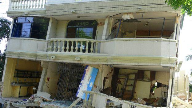 Casa derrumbada parcialmente tras el terremoto