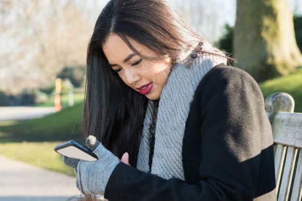Mujer viendo el teléfono