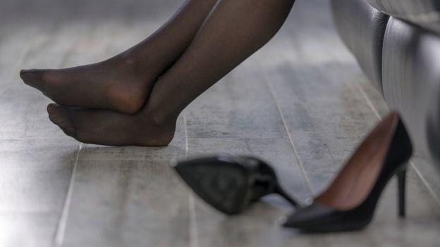 Una persona sin sus zapatos de tacón