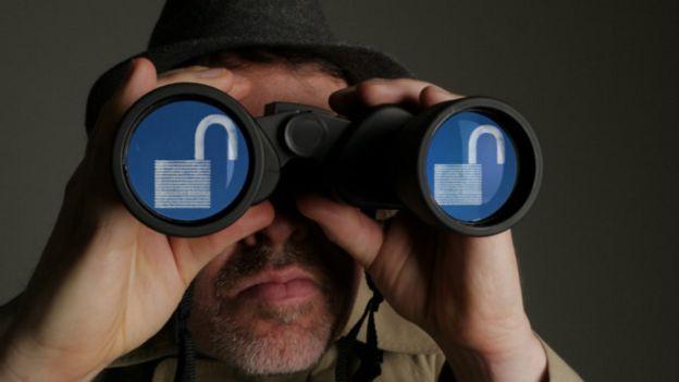 Una persona mirando por unos binoculares