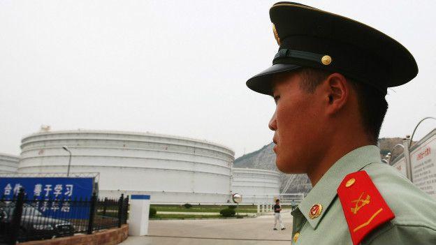 Un guardia en una central nuclear
