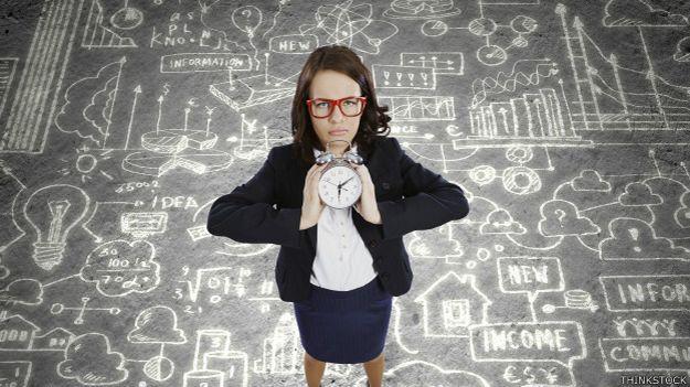 Mujer con reloj y una lista de cosas por hacer