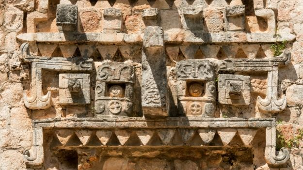Mascarón en reserva arqueológica maya de Uxmal, México