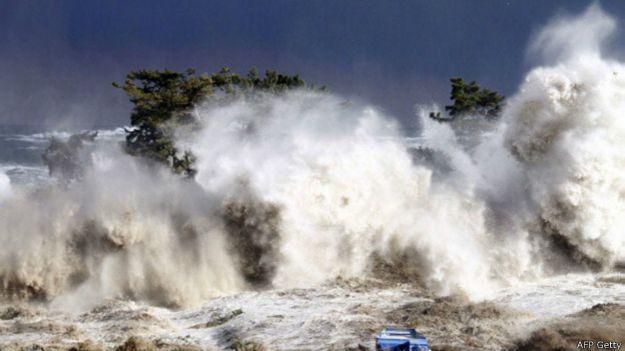 Tsunami en el momento de golpear la costa