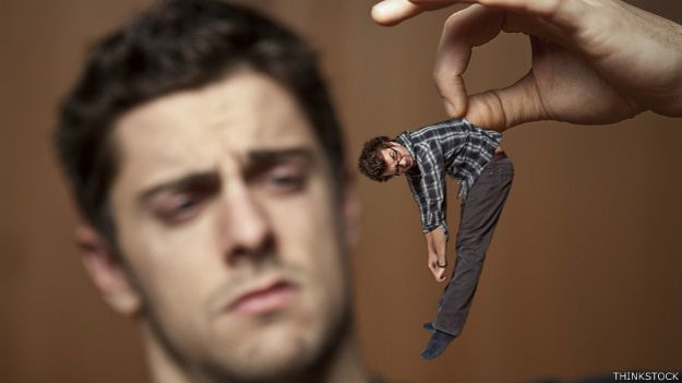 Hombre mirando con desdén a otro chiquito