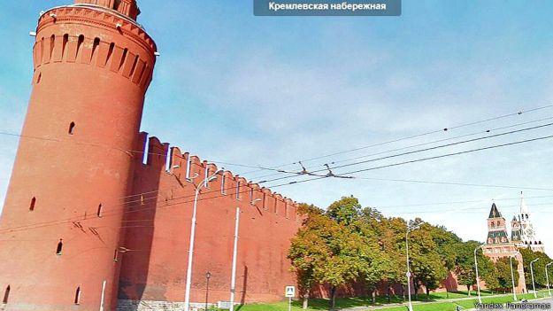 На изображении Беклемишевской башни Кремля можно увидеть, что как минимум две камеры наблюдения с башни направлены в сторону Большого Москворецкого моста и набережной (снимок сервиса