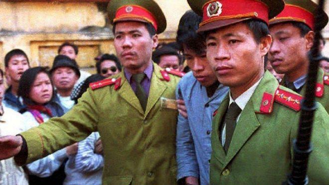 https://i1.wp.com/ichef.bbci.co.uk/news/ws/660/amz/worldservice/live/assets/images/2015/02/26/150226091029_vietnam_police_criminal_640x360__nocredit.jpg