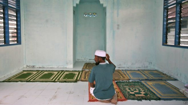 Seorang warga di masjid