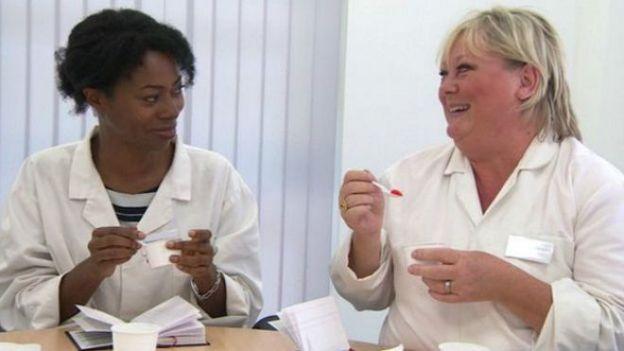 """La reportera de la BBC Nicola Beckfort (izquierda) haciendo una prueba como """"super degustadora""""."""