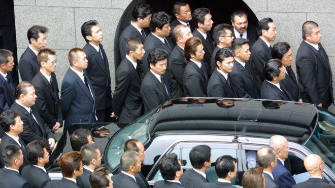 山口組成員在神戶出席當地頭目葬禮(2002)