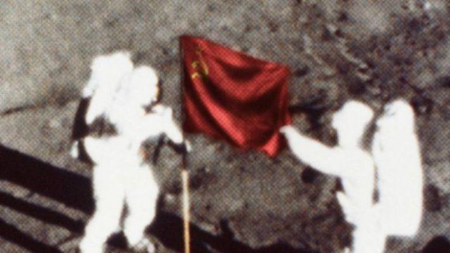 Una imagen de unos cosmonautas poniendo una bandera de la URSS en la Luna