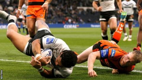 Bureta Faraimo scored the second of Hull's three first-half tries, then helped up the late clincher with a great offload for Mark Minichiello