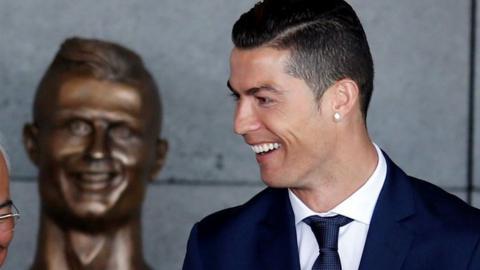 Cristiano Ronaldo se para frente a la estatua de sí mismo en el aeropuerto de Funchal,