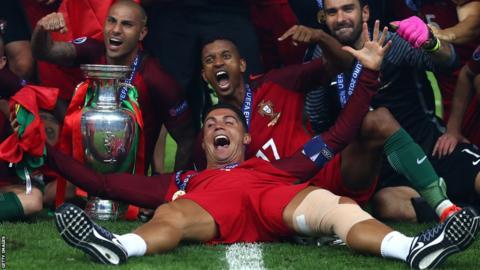 Cristiano Ronaldo celebra la Eurocopa 2016 con sus compañeros de Portugal