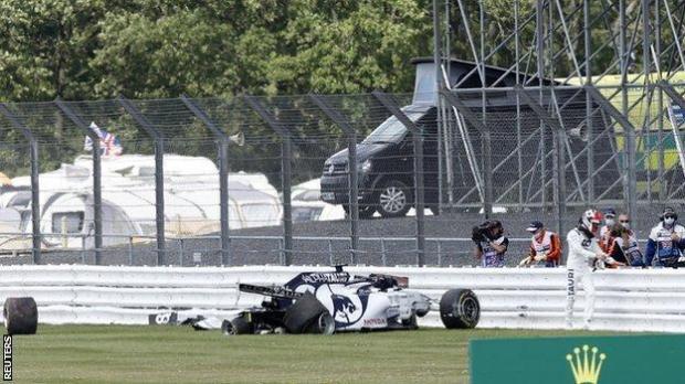 Daniil Kvyat crashes