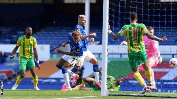 Dominic Calvert-Lewin (centre) scores for Everton